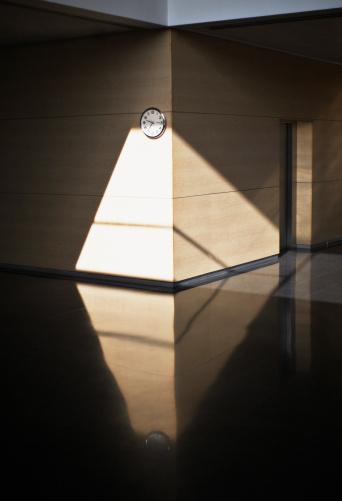 Corner「Wall clock in office corridor」:スマホ壁紙(5)