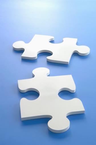 二つ「Puzzle pieces on blue background」:スマホ壁紙(12)