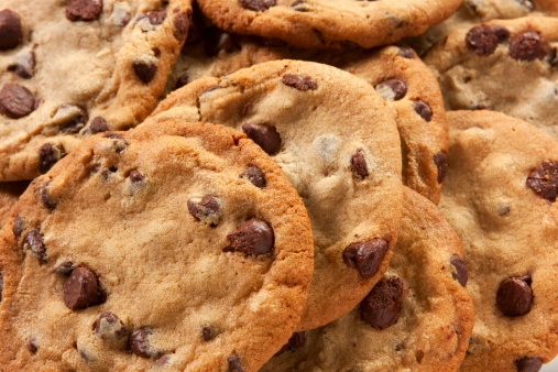 Cookie「Slightly overdone chocolate chip cookies in a messy pile」:スマホ壁紙(15)