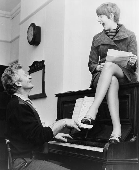 座る「Jon Pertwee And Cilla Black」:写真・画像(13)[壁紙.com]