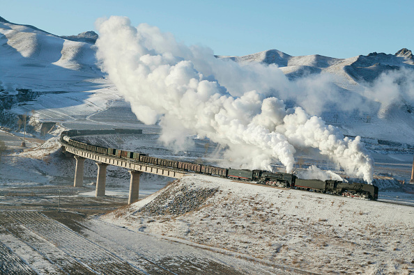 Sunny「A east bound freight heads along the Jing Peng pass section of the Ji-Tong Railway in Inner Mongolia in December 2003. The train is seen crossing Brickworks Viaduct at Er-di.」:写真・画像(0)[壁紙.com]