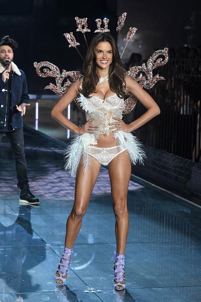 アレッサンドラ・アンブロジオ「2015 Victoria's Secret Fashion Show - Runway」:写真・画像(18)[壁紙.com]