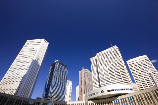Low Angle View「Office buildings, low angle view, Shinjuku Ward, Tokyo Prefecture, Honshu, Japan」:スマホ壁紙(16)