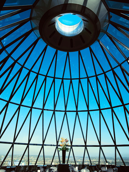 最上部「30 St Mary Axe, or the Gherkin, interior view at the top of the tower」:写真・画像(3)[壁紙.com]