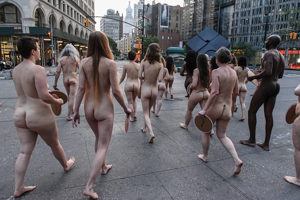 Nipple「Photographer Spencer Tunick Stages One Of His Large Scale Group Nude Shoots In New York City」:写真・画像(10)[壁紙.com]