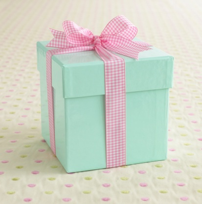 プレゼント「A light blue box wrapped with a pink ribbon.」:スマホ壁紙(15)