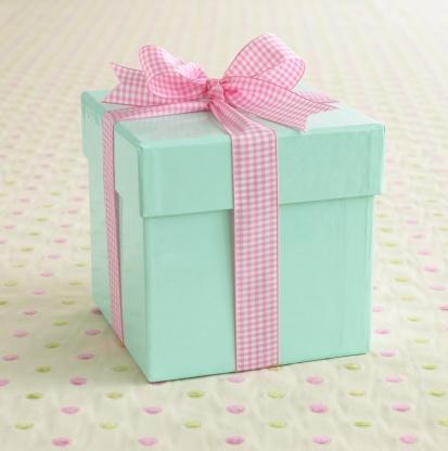 プレゼント「A light blue box wrapped with a pink ribbon.」:スマホ壁紙(0)