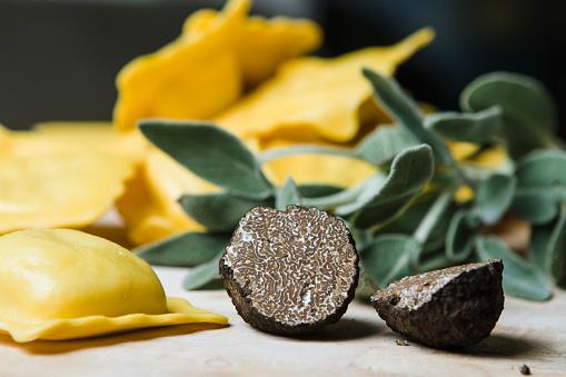 Stuffed「Sliced black truffle, sage and homemade ravioli filled with black truffle and sage」:スマホ壁紙(14)