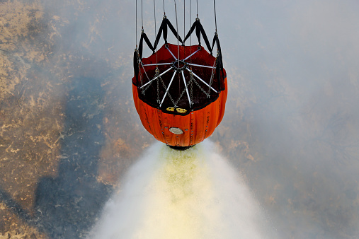 Spraying「Water drops are performed using Bambi Buckets to assist the wildfires in California.」:スマホ壁紙(0)