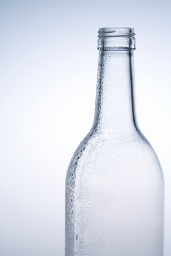 容器「Water drops on a glass bottle, close up, white background」:スマホ壁紙(8)