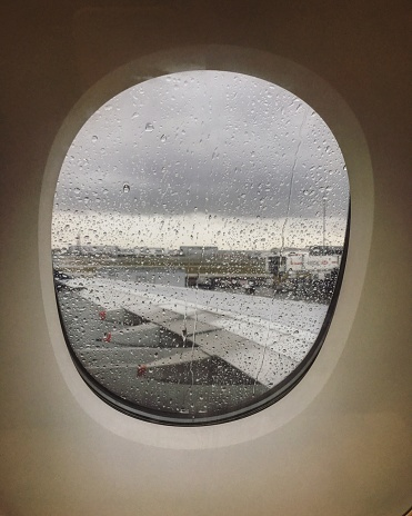 Heathrow Airport「Water drops on airplane window on a rainy day at the airport in London」:スマホ壁紙(13)
