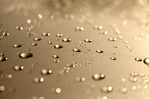 Drop「Water drops on a polished gold metalic motorhood」:スマホ壁紙(13)
