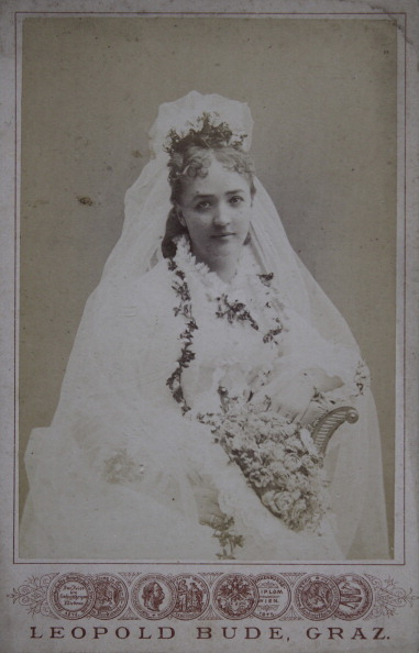 Bouquet「Bride With Veil And Bouquet. About 1885. Photograph By Leopold Bude / Graz.」:写真・画像(8)[壁紙.com]