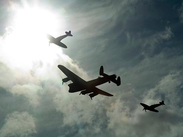 Explosive「2011 Goodwood Revival Meeting, Lancaster bomber and 2 Spitfires in aerial display」:写真・画像(15)[壁紙.com]