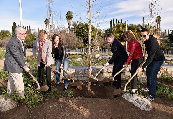 Planting「The 22nd Annual Screen Actors Guild Awards - SAG Awards And American Forests Tree Planting At The L.A. River」:写真・画像(12)[壁紙.com]