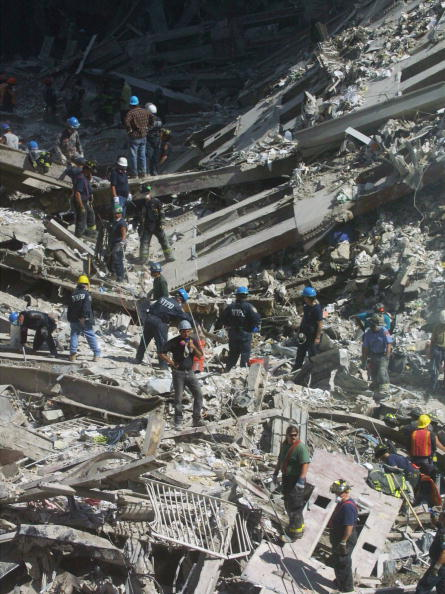 Recovery「Rescue Workers Search Through WTC Rubble」:写真・画像(16)[壁紙.com]