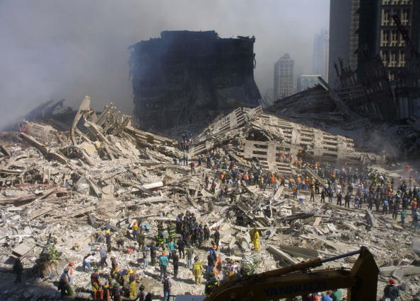 Emergency Services Occupation「Rescue Workers Search Through WTC Rubble」:写真・画像(11)[壁紙.com]