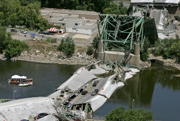 Bridge - Built Structure「Major Freeway Bridge Collapses In Minneapolis During Rush Hour」:写真・画像(11)[壁紙.com]