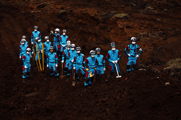 Construction Vehicle「Rescue Operations Continue After Deadly Japan Earthquakes」:写真・画像(1)[壁紙.com]