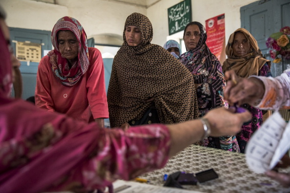 Waiting In Line「Pakistanis Vote In General Election」:写真・画像(16)[壁紙.com]
