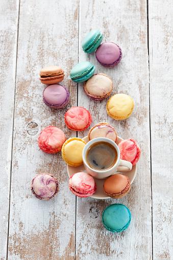 マカロン「Cup of coffee and macarons on wood」:スマホ壁紙(15)