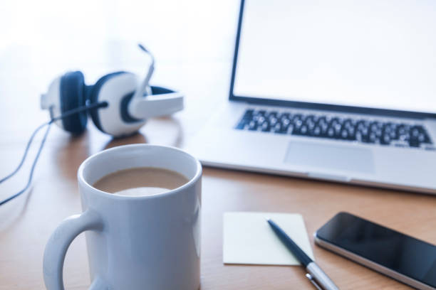 Cup of coffee, headset, smartphone, ballpen, adhesive note and laptop on desk:スマホ壁紙(壁紙.com)