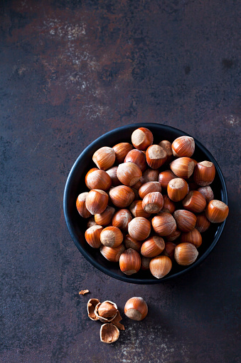 Hazelnut「Bowl of hazelnuts on rusty metal」:スマホ壁紙(9)