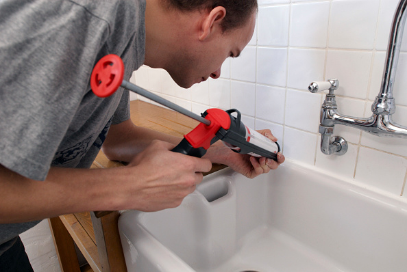 Finance and Economy「Man using sealant gun in a kitchen」:写真・画像(2)[壁紙.com]