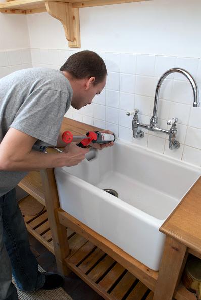 Silicon「Man using sealant gun in a kitchen」:写真・画像(19)[壁紙.com]