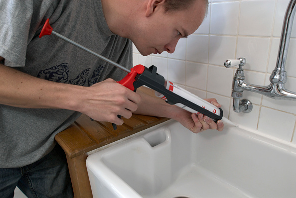 Finance and Economy「Man using sealant gun in a kitchen」:写真・画像(14)[壁紙.com]