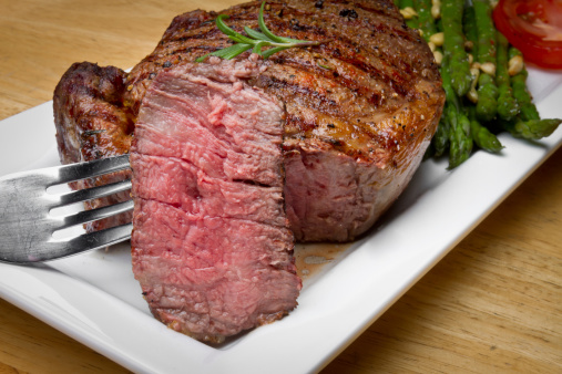 フォーク「ビッグのリブアイステーキビーフのステーキを一口カットアウト」:スマホ壁紙(19)