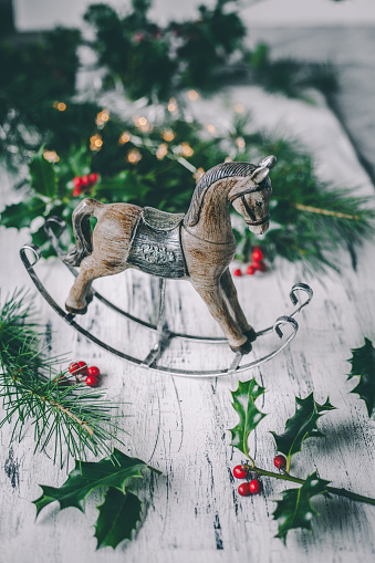 Horse「Christmas horse decoration with pine, holly and berries」:スマホ壁紙(13)
