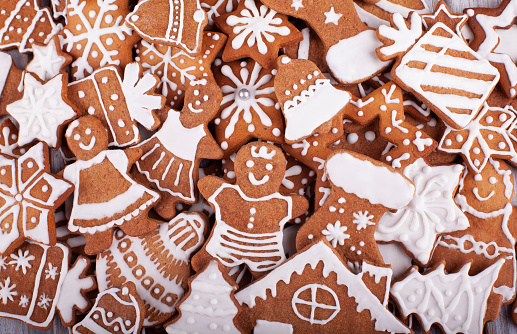 Gingerbread Woman「Christmas homemade gingerbread cookies on rustic wooden table」:スマホ壁紙(11)