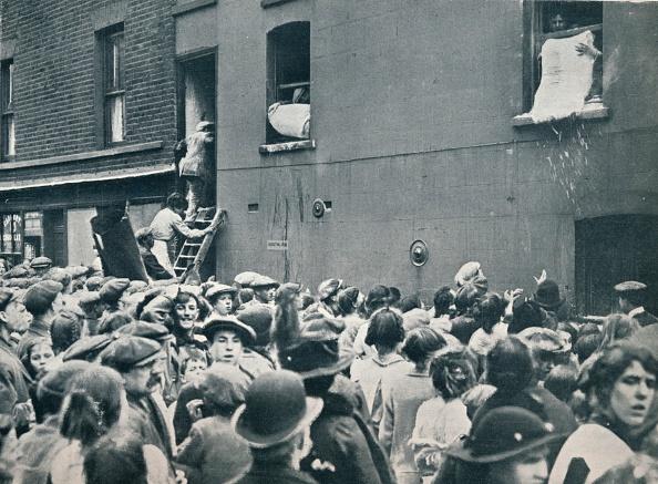 1910-1919「Crowd watching the looting of a German house in Poplar, c1914.」:写真・画像(4)[壁紙.com]