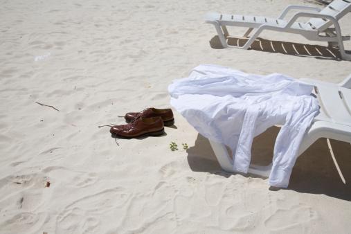 かえる「Shirt on sunlounger and shoes on sand on beach」:スマホ壁紙(3)