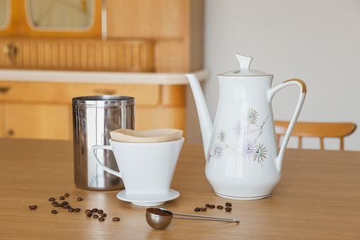 ノスタルジック「Preparing filter coffee」:スマホ壁紙(12)