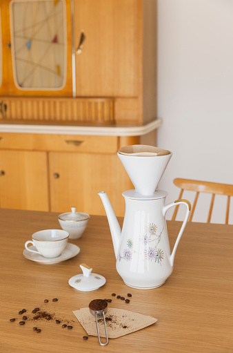 ノスタルジック「Preparing filter coffee」:スマホ壁紙(13)
