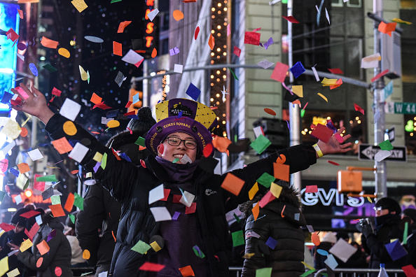 New Year「Amid Freezing Temperatures,Crowds Celebrate New Year's Eve In Times Square」:写真・画像(12)[壁紙.com]
