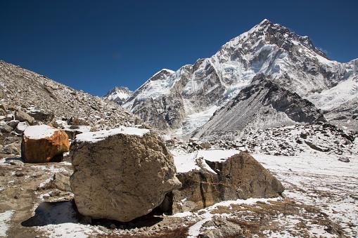 Khumbu Glacier「Boulders and the snow capped peaks of the Everest Himalayas near Gorak Shep, Everest Base Camp Trek, Nepal」:スマホ壁紙(14)