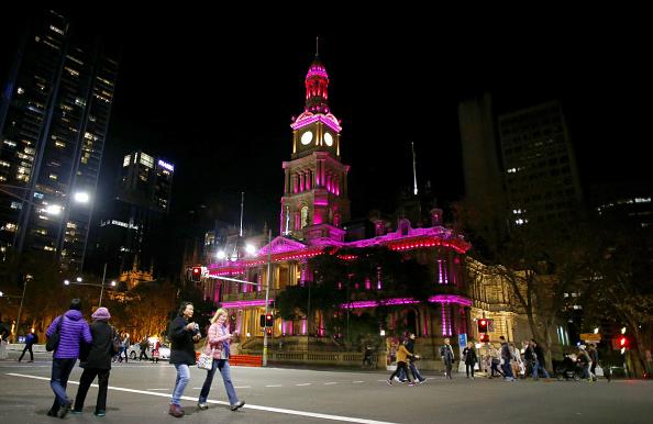 Pedestrian「Sydney Icons Illuminated Pink To Remember Orlando Night Club Shooting Victims」:写真・画像(13)[壁紙.com]