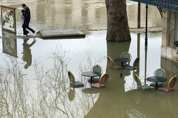 Seine River「Seine Continues To Rise In Paris」:写真・画像(13)[壁紙.com]