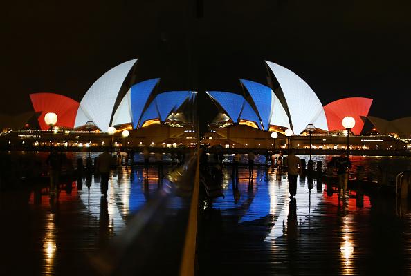 Daniel Munoz「Sydney Opera House Sails Lit In Colours Of French Flag Following Paris Terror Attacks」:写真・画像(10)[壁紙.com]