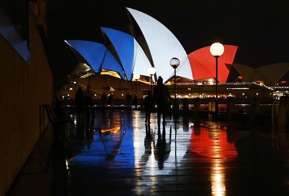 Daniel Munoz「Sydney Opera House Sails Lit In Colours Of French Flag Following Paris Terror Attacks」:写真・画像(9)[壁紙.com]