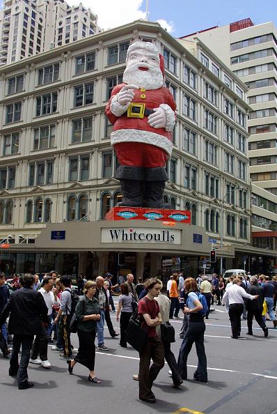 Auckland「Pedestrians cross the road on Queen Street in fron」:写真・画像(5)[壁紙.com]