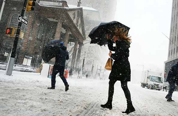 Blizzard「Massive Snowstorm Brings Up To Foot Of Snow To Large Swath Of Northeast」:写真・画像(3)[壁紙.com]
