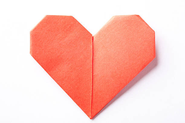 A red origami heart on a white background:スマホ壁紙(壁紙.com)