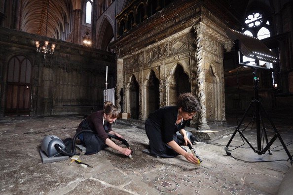 Place of Worship「Conservation Staff At Westminster Abbey Assess The Work Needed To The Tomb Of St Edward The Confessor」:写真・画像(5)[壁紙.com]