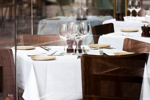 Crystal「Restaurant with chairs, tables with white tablecloth and vine glasses」:スマホ壁紙(5)