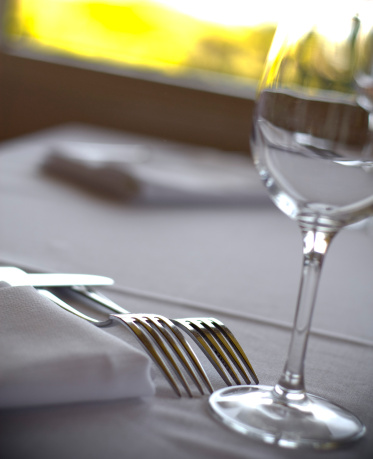 Place Setting「Restaurant Dining Table Place Setting & Wineglass on White Linen Tablecloth」:スマホ壁紙(11)