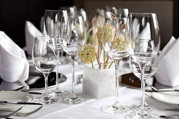 Restaurant table with wine glasses and napkins:スマホ壁紙(壁紙.com)